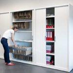 armario metálico con puertas correderas y bastidores