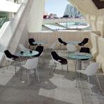 sillas viva con doble acolchado en negro con mesas cafetería.