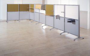Divisorias Modelo D 200 con estantes y armarios colgados.