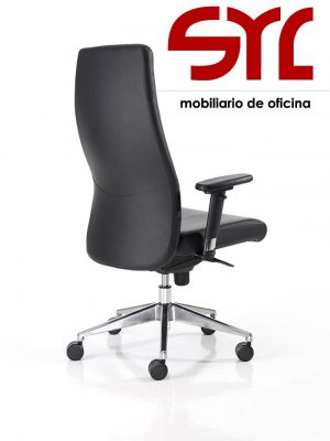 Sillón Direccional Modelo XL en piel negra con la base de aluminio.